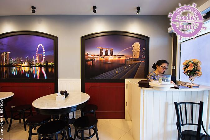 """ภายในร้าน """"อื้อ สิงคโปร์ลูกชิ้นปลา"""" ตกแต่งด้วยภาพทิวทัศน์ของสิงคโปร์"""